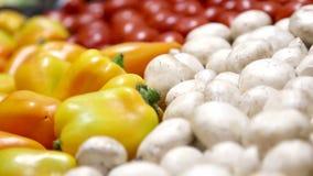 Verscheidenheid van verse vruchten en groenten voor een gezonde voeding Voedselclose-up Organische, natuurlijke vruchten en groen stock videobeelden