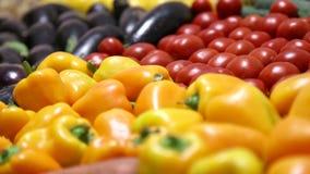 Verscheidenheid van verse vruchten en groenten voor een gezonde voeding Voedselclose-up Organische, natuurlijke vruchten en groen stock video