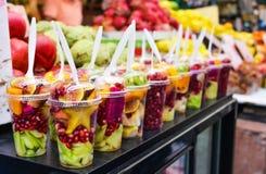 Verscheidenheid van verse vruchten in glas Stock Afbeelding