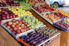 Verscheidenheid van verse vruchten op de teller in de Griekse kruidenierswinkelopslag stock foto's