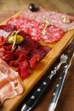 Verscheidenheid van vlees, worsten, salami, ham, olijven Stock Foto