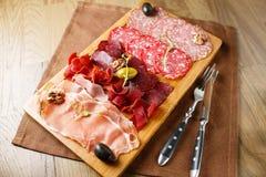 Verscheidenheid van vlees, worsten, salami, ham, olijven Royalty-vrije Stock Foto
