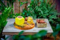 Verscheidenheid van voedsel zonder plastiek wordt ingepakt dat stock foto