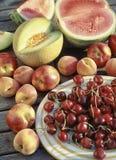 Verscheidenheid van vruchten op een lijst in de tuin royalty-vrije stock afbeeldingen