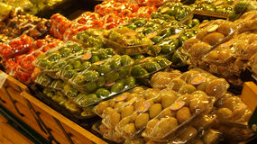 Verscheidenheid van vruchten vertoning in kruidenierswinkel Selectieve nadruk Stock Afbeeldingen