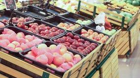 Verscheidenheid van vruchten vertoning op mand Selectieve nadruk Royalty-vrije Stock Fotografie