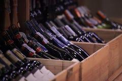 Verscheidenheid van wijn in kratten bij kleinhandelswinkel royalty-vrije stock afbeeldingen