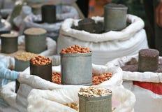 Verscheidenheid van zaad in zak voor verkoop bij lokale markt in Thailand stock foto's
