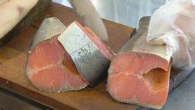 Verscheidenheid van zeevissen op de teller in een vissenwinkel stock videobeelden