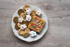 Verscheidenheid van zoete feestelijke koekjes op een houten achtergrond stock foto's