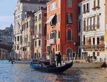 Verschepend over Canale Grande, mooie architectuur en Gondels in Venetië stock foto's