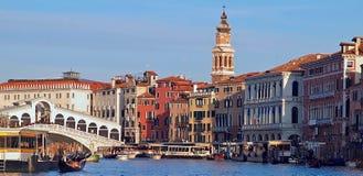 Verschepend over Canale Grande, mooie architectuur en Gondels in Venetië stock foto