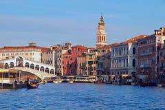 Verschepend over Canale Grande, mooie architectuur en Gondels in Venetië royalty-vrije stock afbeelding