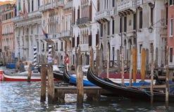 Verschepend over Canale Grande, mooie architectuur en Gondels in Venetië stock afbeelding