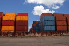 Verschepende Containers geplaatst zoals gelaagd in de opslagfaciliteit op blauwe hemelachtergrond stock afbeelding
