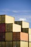 Verschepende containers tegen blauwe hemel Royalty-vrije Stock Afbeeldingen