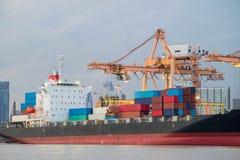 Verschepende haven en vrachtschiplading door kraan Stock Afbeeldingen