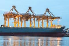 Verschepende haven met kraan voor container het uploaden Royalty-vrije Stock Foto