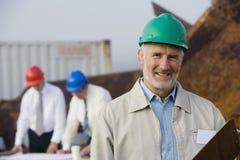Verschepende inspectieingenieurs met plannen Royalty-vrije Stock Afbeelding