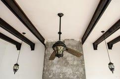Verscheurde plafondventilator, twee bladen van een gebroken ventilator, houten bars op het dak stock foto