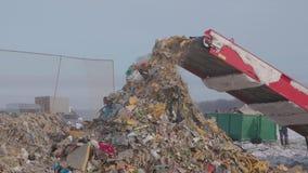Verscheurend in de stortplaats, Rusland stock footage