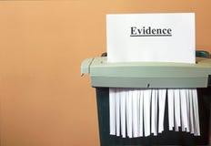 Verscheurend het bewijsmateriaal, die de waarheid verbergen. Royalty-vrije Stock Foto's