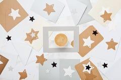 Verschicken Sie Korrespondenzhintergrund oder -muster mit Tasse Kaffee und Umschläge verzierter Draufsicht der Sterne flache Lage Stockbild