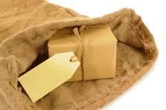 Verschicken Sie Tasche, kleines Papierpaket oder Paket, leeres Manila-Adressen-Etikett Lizenzfreie Stockfotografie