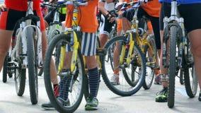 Verschieben über einer Gruppe Fahrrädern stock footage