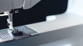 Verschieben auf Nähnadel der modernen Nähmaschine Hausrat stock video