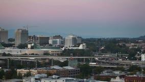 Verschieben-Film der Stadt im Stadtzentrum gelegenes Portland Oregon bei Sonnenuntergang mit Convention Center und Autobahn hande stock footage