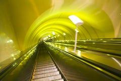 Verschieben Sie Rolltreppe in der modernen Büromitte Stockfotos