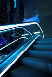 Verschieben Sie Rolltreppe im modernen Büro Stockfotografie