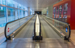 Verschieben Sie Rolltreppe im modernen Büro Stockbild