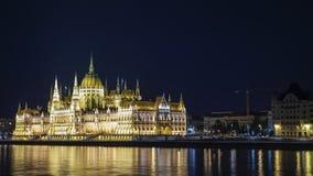 Verschieben timelapse - das Gebäude des ungarischen Parlaments in der Budapest-Nachtbeleuchtung stock video