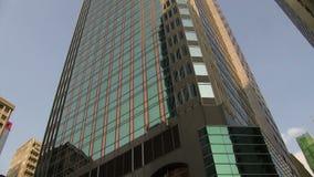 Verschieben unten von einem Gebäude in Hong Kong stock video