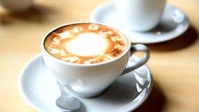 Verschieben von Ansicht zum heißen Kaffee auf Tabelle stock video