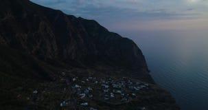 Verschiebenvogelperspektive des Mittelmeer Salinenvulkanberges und der Pollara-Stadt Natur draußen reisen establisher stock video