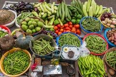 Verschieden vom Gemüse am Straßenmarkt lizenzfreie stockfotos