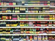 Verschieden vom Kochen der Soße verkauft im Supermarkt Lizenzfreies Stockbild