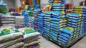 Verschieden von den Marken des Reises verkauft im Speicher in Johor Bahru, Malaysia stockbilder
