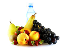 Verschieden von den reifen frischen Früchten mit Flasche Wasser Lizenzfreie Stockbilder