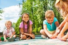 Verschiedenartigkeit, die Kinderabgehobenen betrag mit Kreide schaut lizenzfreies stockbild