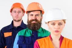 Verschiedenartigkeit im Kollektivkonzept Frau und Männer in den Schutzhelmen stockfoto