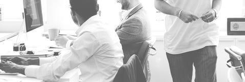 Verschiedenartigkeits-Büroangestellter, der nettes Konzept bearbeitet lizenzfreies stockbild