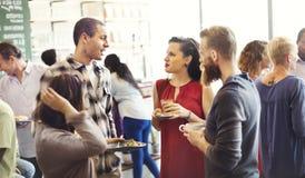 Verschiedenartigkeits-Freunde, die Gemeinschaftsdiskussions-Konzept treffen stockbilder