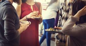 Verschiedenartigkeits-Freunde, die Gemeinschaftsdiskussions-Konzept treffen stockbild