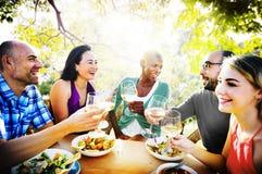 Verschiedenartigkeits-Freundschaft, die Mittagessen-Konzept heraus hängend speist lizenzfreie stockfotografie