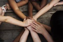 Verschiedenartigkeits-Gruppe Kinder fügte Hände zusammen lizenzfreie stockfotografie