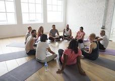 Verschiedenartigkeits-Leute-Übungs-Klasse entspannen sich Konzept stockfoto